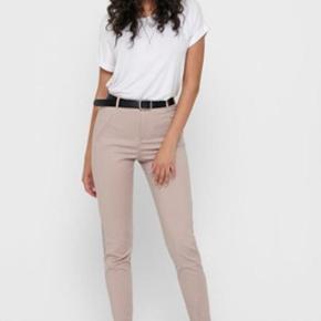 Elegante sommer bukser sælges  Købt - kun prøvet på aldrig gået med.  * Only - ONLSTRIKE - Bukser  Materiale: 49% bomuld, 48% nylon, 3% elasthan * Livvidde 2 x 43 cm * Lukning, lås: Skjult Zip-Fly Bukselommer: Baglommer, sidelommer