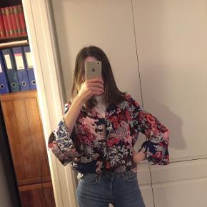 Farverig skjorte fra Monki. Størrelse S. 🎏