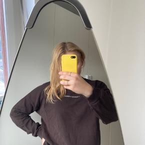 """Populær sweatshirt med teksten """"a passionate person"""" fra na-kd. Sweateren er brugt et par gange, og er derfor blevet vasket derefter, men ellers er der ingen tegn op slid (bortset fra bogstaverne som er skallet lidt af)"""