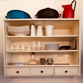 Flot køkken reol med skydelåger i matteretglas (som kan sættes på).  Har en rigtig flot patina med dens hvide farve.  Flot, funktionelt møbel til stuen eller køkkenet, det perfekte vintage og retro møbel.