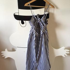 Sjov kjole i retro- / vintage -stil. For stor til mig i taljen. Da man selv kan binde knuden foroven passer den mange str. barme :) Bomuld og ikke brugt