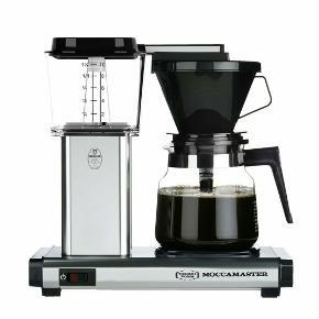 Moccamaster, aldrig brugt Den klassiske MOCCAMASTER kaffemaskine med 2 varmelegemer  Udført i ridsefast aluminium  Brygger 10 kopper kaffe på maks. 6 min.  Kapacitet: 1,25 L, 10 kopper  Auto off efter 40 min.  Effekt: 1520W / 230V  Filterstr.: 1x4  5 års garanti  Mulighed for 10 års garanti ved registrering  Mål: H:32 x B:16,5 x L:32,5 cm.