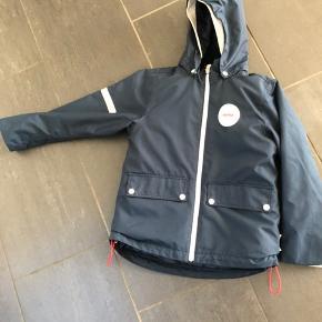 Fin overgangsjakke som både kan bruges som sommer og efterårsjakke, da den har en termovest, som kan lynes ind i, og den kan også bruges for sig selv.  Den er både regn- og vind tæt. Fejler intet.