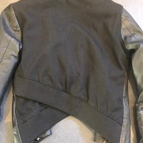 Str 34, men passer også str 36. Læderjakke med Jersey stof på ryggen, med fed detalje i bunden. Pæn som ny.