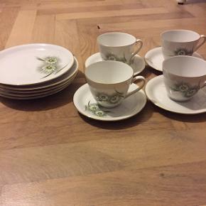 """Søde kopper med grøn blomst. 4 kopper med undertallerken og 5 små """"dessert"""" tallerkener. Sælges samlet for 40kr"""