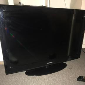 Samsung TV. Virker fint. Fjernbetjening mangler bagklap foran batterierne. Se billede.BYD