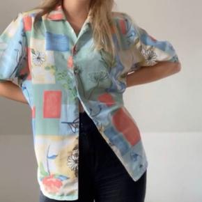 Vintage skjorte i skønne sommerfarver  Str L, men ses på en S på billedet