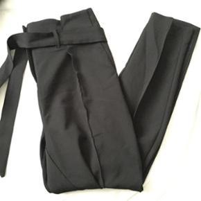 Overvejer at sælge disse bukser fra YAS. Jeg har brugt dem en gang og desværre har de bare ligget i skabet siden jeg købte dem i november. Nypris var 400kr