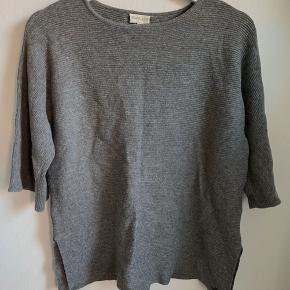 🖤Super fin trøje/sweater fra POMPdeLUX, med nogle lidt kortere,fine ærmer🖤