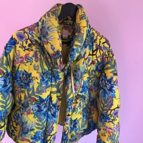 Vinter jakke fra H & M, næsten aldrig brugt.  Jeg er lidt usikker på størrelsen, men jeg er normalt en størrelse small.  Kom gerne med bud