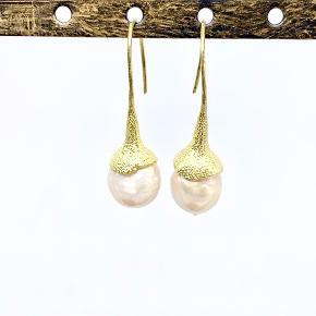 NYT. Smuk ny ørebøjle i mat look med smuk barok perle.  Et utrolig flot par og anderledes end det man normalt ser. Prisen er pr. par   Kan sendes for 10,- som brev eller for 39,- som pakke.