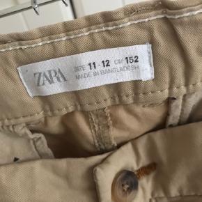 Fede bukser fra Zara. De er rigtig fine og ikke brugt meget, bare vokset ud af dem. BYD og sender gerne med DAO.
