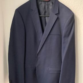 Sælger dette jakkesæt fra HUGO. Desværre kun brugt én gang. Nypris: blazer 2600, bukser 900  Blazeren er model: Alisters, bukser er model: Henfords  Intet gjort ved blazeren, bukserne er blevet lagt ind og op. Kan sende mål hvis relevant