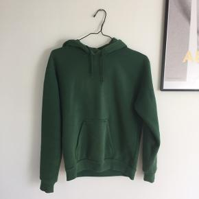 Flaskegrøn hoodie fra topshop i str 36! Lidt gule pletter ved hætten (billede), men umiddelbart ikke noget der lægges mærke til når den er på! skriv endelig for flere billeder:-)