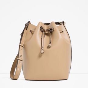 """ZARA """"bucket"""" taske i flot beige farve, aldrig brugt.   BYD! :-)"""