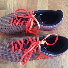 Adidas indendørs sportssko / idrætssko  Str. 35 i sporty orange farve. Brugt meget lidt. Indeni står der indvendig længde 21,5 cm, men jeg måler dem til 22 cm.   Kr 75,-  Fra dyrefrit ikkerygerhjem.   Jeg sender gerne på billigste måde mod købers betaling af fragtomkostninger iflg. aftale. Fx med GLS til Pakkeshop fra kr 38 / udbringning kr 58. Men kan også sende med DAO eller PostNord, hvis dette foretrækkes.   Er til salg flere steder, så varen er først din, når jeg har bekræftet handlen og betaling er modtaget og/eller afhentning er aftalt.