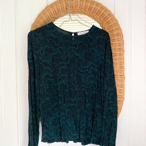 Rigtig fin bluse fra Samsøe Samsøe med snit i taljen 🌱 flot grønt stof 😍 brugt lidt men super fin! Str. M.   Bemærk - afhentes i 8210 eller sendes med dao. Bytter ikke 🌸   ♻️ Samsøe samsøesamsøe bluse tunika
