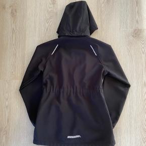 Sort softshell jakke til pigen, str. 146, Name It, brugt men meget pæn. 10% af prisen går til Kræftens Bekæmpelse (Team Vejdik, Stafet For Livet) Se mere på mostermette.dk (IG1192)