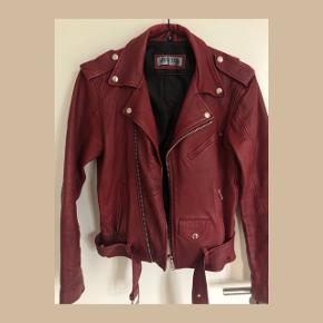 Den bordeaux røde læderjakke fra Meotine i str S ønsker ny ejer. Den har været flittigt brugt hvilket også ses ærme og ryg (se billeder).  #secondchangesummer