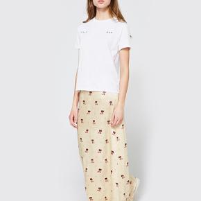 Små pletter for neden af nederdelen. Intet man lægger mærke til, når man har nederdelen på. Pris sat derefter.