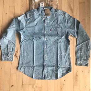 Levi's lys denimskjorte med lomme. Slim fit og large. Aldrig brugt