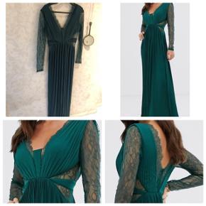 Så flot  fest kjole i skov grøn str 38 der er lidt stræk i .  Fast pris køber betaler gebyr hvis der skal sendes gennem trendsales 😊 ca 12 kr