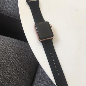 Apple watch series 3. Nypris 2600  Der er et par enkelte ridser i skærmen på uret - fremgår af billede. Uret er lidt over et år gammelt og virker som ny. Sort rem er helt ny - rosa rem er den originale og er lidt misfarvet.