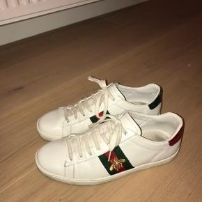 Jeg sælger disse lækre Gucci sneakers, da jeg ikke længere får dem brugt og jeg står lige midt i en flytning.   Standen er god men brugt. De har gået et par kilometer men holder sig rigtig godt. Læderet er stadig i virkelig fin stand. Det er mest af alt nede i selve skoen at der er brugs spor. På sidste billede er vist at der er lidt almindelige slid spor på hælene.   Jeg bor på Nørrebro og foretrækker at mødes og handle. Hvis skoene skal sendes, gøres dette først når pengene står på kontoen, og der sendes med track and trace.