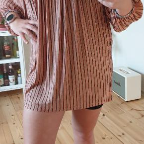 Jeg er ca. en størrelse M og 165 cm høj. Det er en trøje, men som det ses på billedet er den alt for stor til mig. Super fin og aldrig brugt. Haves også i størrelse M