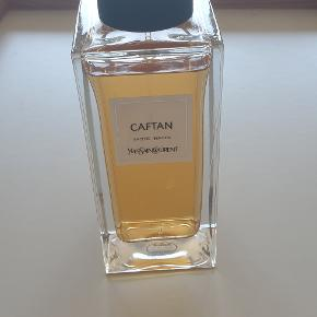 Eau de parfum, Caftan fra Yves Saint Laurent  Yves Saint Laurent luksus unisex duft Caftan 125ml  Kun brugt meget lidt.  A floating veil of incense embroidered with an opulent benzoin. Keywords: Amber chypre Amber Incense Vanilla Type: Unisex Fragrance  What it is: A floating veil of incense embroidered with vanilla lightly drapes the skin in the same way that the fluidity of the caftan caresses the body. Inspired by the vibrancy of Moroccan culture, CAFTAN calls upon all the bursting and colorful fabrics of the East. The shimmering amber deploys deep sensual promises that mirror the exuberance and warmth of ochre and sandy shades. Notes: Amber, Incense, Vanilla