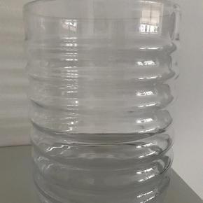 Varetype: Vase Størrelse: 25,5 x 21 cm Farve: Transparant Oprindelig købspris: 699 kr. Prisen angivet er inklusiv forsendelse.  Sælger den smukke Wilma vase fra Louise Roe. Det er den store model som måler 25,5 cm i højden og 21 cm Ø. Brugt et par gange og ellers kun stået til pynt. Fast pris - bør afhentes i Odense C. Skal den sendes er det på købers eget ansvar - dette skal aftales nærmere. Ved TS handel betaler kæber selv gebyr på 5 procent. Bytter ikke.