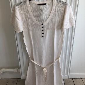 Sødeste kjole fra BZR. Lækker kvalitet med flotte detaljer. Bindebånd der kan bruges eller man kan lade vær'.