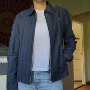 Lækker vintage bomulds / jeans skjorte jakke fra Calvin Klein. Let materiale, men også god som overgangsjakke med en sweater under. Passer xs-s og er i perfekt stand. Sælger kun da jeg desværre ikke får den brugt nok. Byd endelig!😍