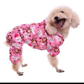 """Hundebeklædning, Nyt regntøj  Nyt regntøj/ heldragt. Str. Small  Super sød let regntøj med hat, mesh-foer, """"krog"""" til snor, lukkes med trykknapper, elastik i ben + ved numse og i sider.  Længde fra """"krog"""" til ende: ca. 34 cm. Omkreds v. bryst: ca. 44 cm.  (Foto med hund er lånt fra nettet)  Kan sendes mod betaling"""
