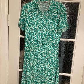 Sød kjole i fint blomsterprint fra Pieces ❤️ Str. XS. Jeg bruger str. S og passer den fint 🌸