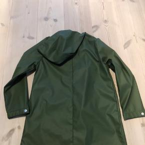 Armygrøn regnfrakke fra Zara. Kun brugt få gange og derfor intet slid.