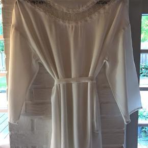 Skjortebluse med blonder, hvid.