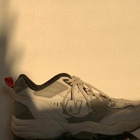 Modellen hedder New Balance 606, og er i farverne hvid og grå. Skoen er brugt men ingen ting ødelagt.  Nye snørerbånd medfølger