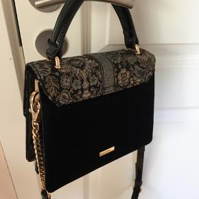 Taske fra Aldo, kan både bæres som håndtaske eller crossbody