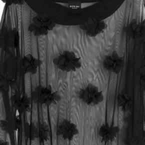 Meget smuk  transparent bluse med blomster , den er meget fin med en top /bh under