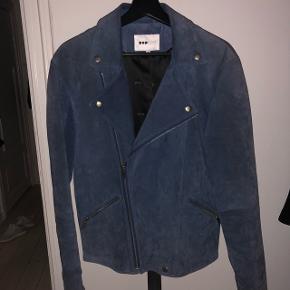 Blå skindjakke fra POP CPH, udgået model. Gået med enkelte gange.   NP. 2.799,-