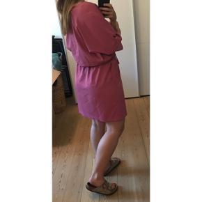 Fin lyserød kjole fra mango med bindebånd i livet.