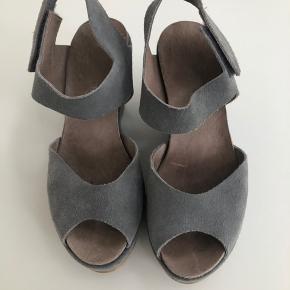 Fede plateau sandaler i lys grå nubuck. Behagelige at gå i trods højden. Brugt få gange og fremstår som næsten nye.