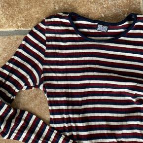 Super fin og god kvalitet Mads Nørgaard langærmet bluse med striber i hvid rød og blå. Brugt 2-3 gange