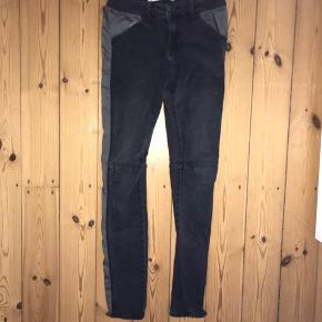 Str.26/32 store i størrelsen (small eller ekstra small). Tight med elastik og lysere grå stribe på siden af bukserne. Gode bukser i god kvalitet, men de er brugt hvorfor den billige pris. Byd💛 jeg giver gerne mængderabat eller betaler porto hvis du køber mere hos mig