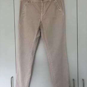 Gambia jeans lange med lynlås forneden på benet og to lynlåslommer foran. Dejlig bløde at ha på, med stræk i. Nypris kr 1.199,-.