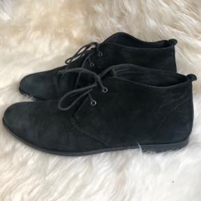 Klassiske og elegante ruskindsstøvler! ✨ Trænger til at blive frisket op med lidt skosværte men er ellers i fin stand!