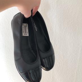 Helt nye ballerina sko, aldrig brugt :-) En lille smule hæl og har en god bund/ sål til fødderne.  Skoene har ligget på 600,-  Købt på tilbud til 350,-   Mærke: Aerosoles Købt i Skoringen   Kan hentes få min fra Lyngby st.  eller sendes, køber betaler porto