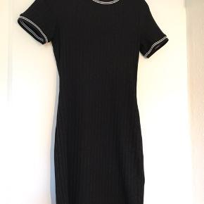 Sort kjole fra H&M. Brugt få gange. Skal bare væk da jeg ikke bruger den.