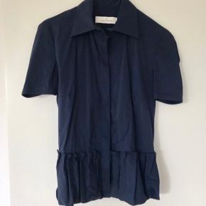 Lækker navy Skjorte Bluse fra By Malene Birger.  Brystvidde ca 2 x 46 cm. Længde ca 57 cm.